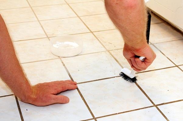 Chà rửa sàn nhà bị ố vàng