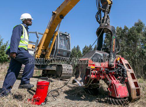 Máy bơm mỡ bằng chân được sử dụng để bôi trơn máy móc, xe vận tải