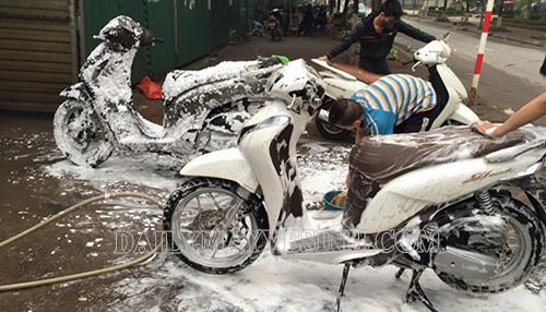 Rửa xe máy bằng xà phòng có thể gây hư hại sơn vỏ xe