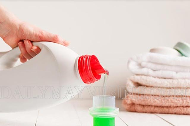 Loại bỏ bã kẹo cao su bằng nước tẩy quần áo
