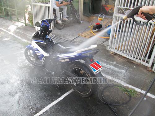 Rửa xe Exciter 150 tại nhà đơn giản bằng máy phun xịt áp lực cao