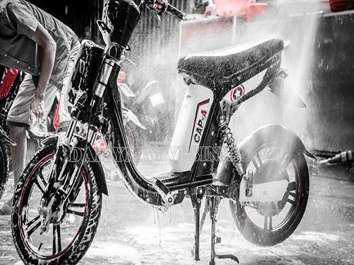Vệ sinh xe đạp điện bằng máy phun rửa xe mini