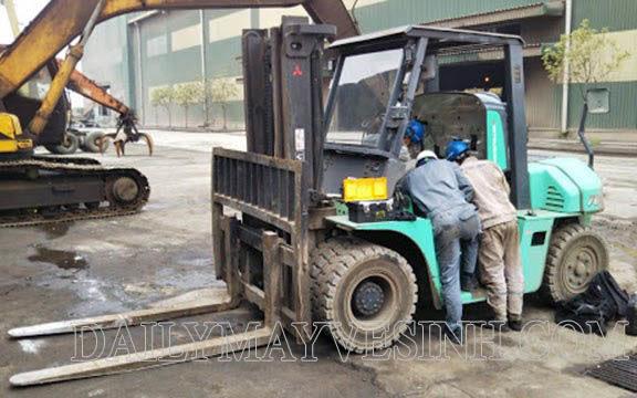 Thực hiện bảo dưỡng xe nâng hàng trước khi vận hành